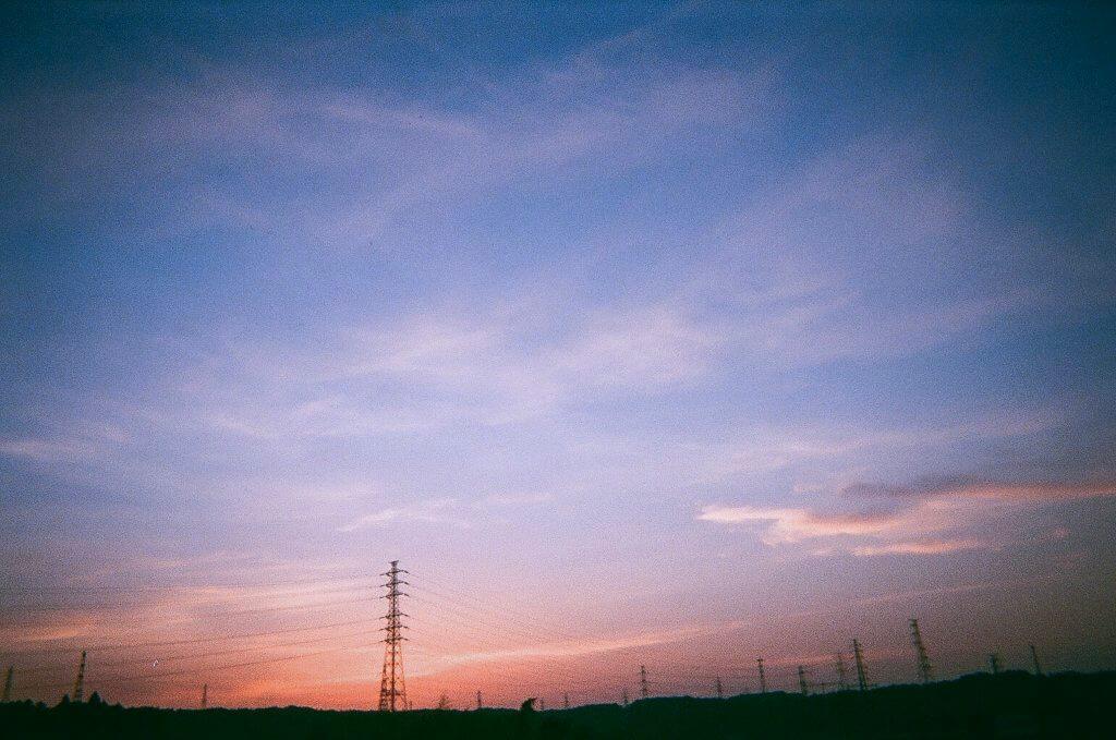 夕方 電線 写真